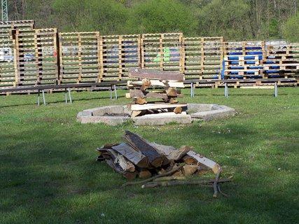 FOTKA - nové ohniště a ohrada v kempu