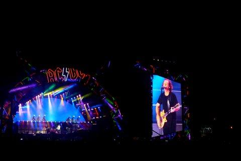 FOTKA - koncert australské hardrockové legendy AC/DC - Kapela se zpěvákem Axlem Rosem