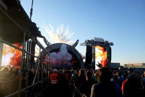 FOTKA - koncert australské hardrockové legendy AC/DC - závěr s duněním děl a ohňostrojem