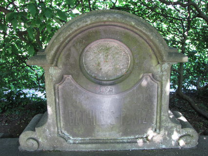 FOTKA - pomník v zahradě