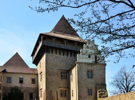 FOTKA - Prohlídka hradu návštěvníkům nabízí zejména monumentální hradní architekturu, krásnou vyhlídku do dalekého kraje, mimořádnou sbírku gotických kamnových kachlů, gotickou i barokní hradní kapli sv. Vavřince a mohutné hradní sklepení se zbytky středověk