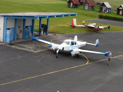 FOTKA - Na letišti,to malinké letadlo má být pro mě!