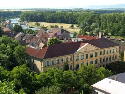 FOTKA - Ze zvonice je vidět budova Gymnázia *