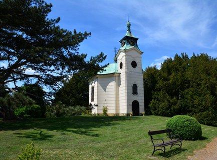 FOTKA - Kostel na nádvoří zámku
