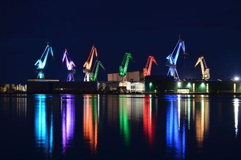 FOTKA - přístavní jeřáby v Pule - v noci