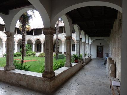 FOTKA - zastřešená chodba postavená kolem klášterního dvora (Pula)