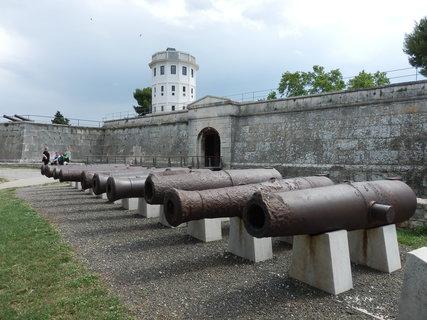 FOTKA - Historick� a n�mo�n� muzeum Istrie s�dl� v ben�tsk� pevnosti ze 17. stolet�, na nejvy���m m�st� v Pule.