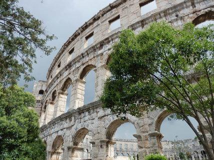 FOTKA - Pula - Amfiteátr dokázal pojmout až 23 tisíc diváků, kteří přicházeli 20 vchody. Původně sloužil k soubojům gladiátorů, ale po jejich zakázání se používal jako tržiště