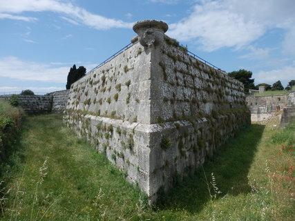 FOTKA - příkopy kolem pevnosti/  Pula/  Chorvatsko