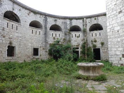 FOTKA - v jedné z volně přístupných pevností v Pule - jako ze Šípkové Růženky :-)
