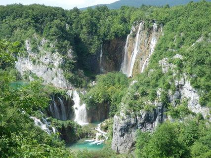 FOTKA - Plitvická jezera (chorvatsky Plitvička jezera) jsou nejznámější národní park v Chorvatsku