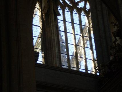FOTKA - Výhled čirými skly okna kostela.