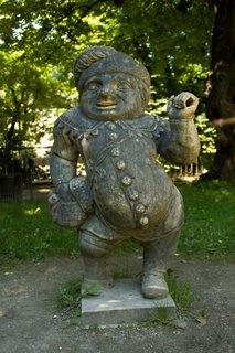 FOTKA - Školní výlet do Salzburgu - Jedna ze soch trpaslíka v mirabellské zahradě