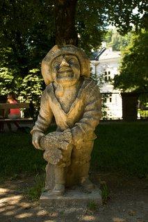 FOTKA - Školní výlet do Salzburgu - Další socha trpaslíka v mirabellské zahradě