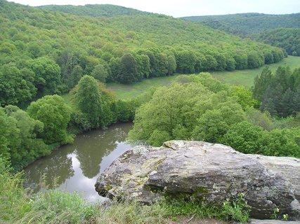 FOTKA - len skala,voda a stromy