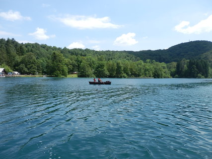 FOTKA - parníčkem na druhý břeh jezera  (Plitvice)