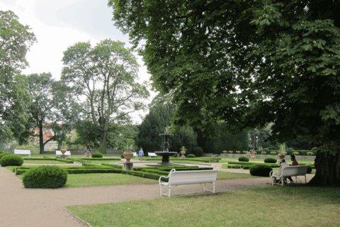 FOTKA - Letní den  v Královské zahradě - posezení u zpívající fontány