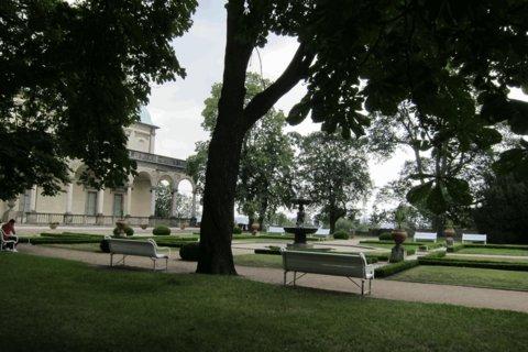 FOTKA - Letní den  v Královské zahradě - posezení před Letohrádkem královny Anny