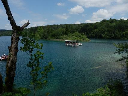 FOTKA - výhled na jezero s parníčkem