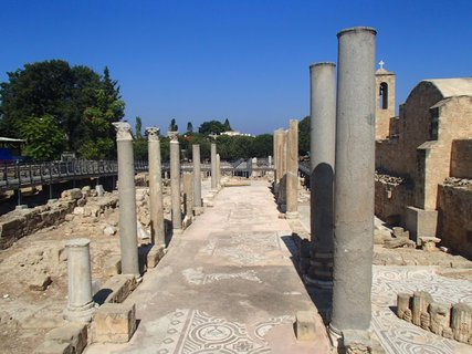 FOTKA - Cyprus - Ayia Kyriaki Chrysopolitissa - z majestátnej baziliky je už len tieň...