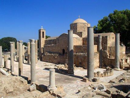 FOTKA - Cyprus - Ayia Kyriaki Chrysopolitissa - na okraji areálu sa nachádza aj tzv. Stĺp sv. Pavla – stĺp, ku ktorému bol údajne priviazaný sv. Pavol pri bičovaní