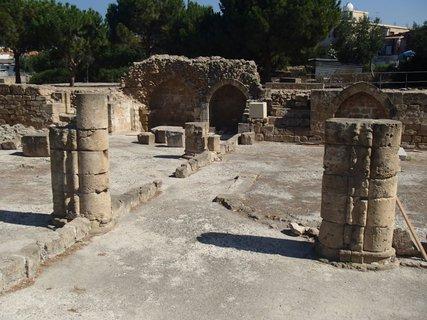 FOTKA - Cyprus - Paphos - podporné stĺpy mohutnej stavby