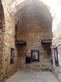 FOTKA - Cyprus - Phapos - vnútro pevnosti je strohé