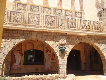 FOTKA - Cyprus - vstup do reštaurácie vyzdobený mýtickými postavami