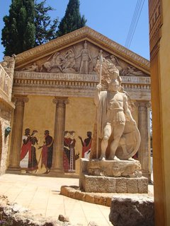 FOTKA - Cyprus - socha postavená pred maľbami na stenách
