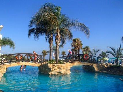 FOTKA - Sentido Cypria Bay - mostíky nad bazénom