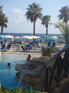 """FOTKA - Sentido Cypria Bay - bazén bol """"popretkávaný"""" mnohými malými vodopádmi"""