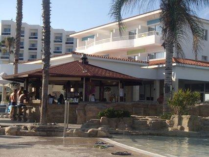 FOTKA - Sentido Cypria Bay - bar pri bazéne - obsluha bola rýchla, nikdy neboli fronty na občerstvenie