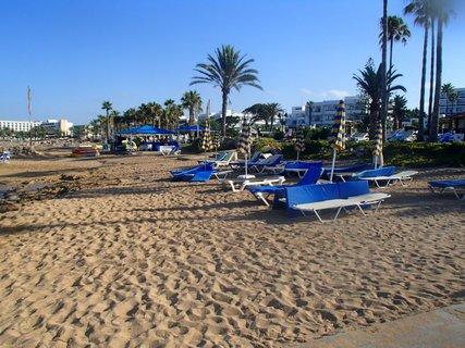FOTKA - Sentido Cypria Bay - piesková pláž čaká na úpravu po slnečnom dni