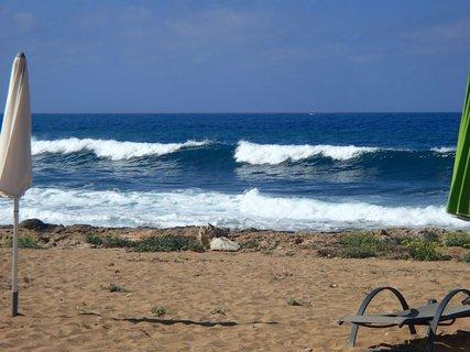 FOTKA - Cyprus -vlny - foto medzi slnečníkmi