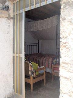 FOTKA - staré cyperské obydlie je skromne zariadené