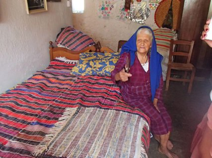 FOTKA - 90. ročná Cyperčanka stále tká koberce
