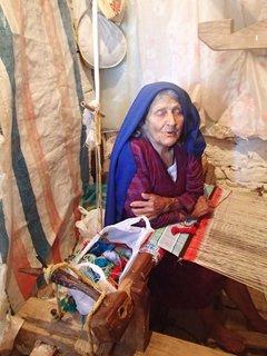"""FOTKA - cyperská starenka sa rozhovorila, i keď sme jej nikto nerozumeli, bola super a pózovala pred fotoaparátmi ako """"modelka"""" :)"""