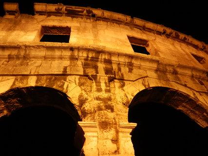 FOTKA - noční Pula - Amfiteátr - detail