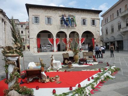 FOTKA - na náměstí se chystá představení (Pula)