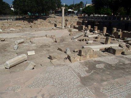 FOTKA - Cyprus - Phapos - podlaha baziliky bola pôvodne pokrytá farebnými mozaikami