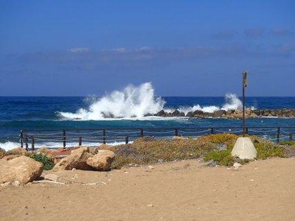 FOTKA - Cyprus - more narážajúce do skál