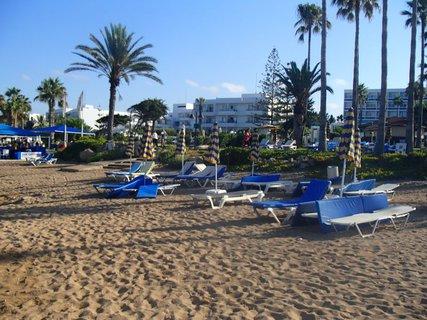 FOTKA - Sentido Cypria Bay - lehátka so slnečníkmi čakajú na turistov :)