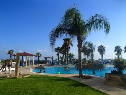 FOTKA - Sentido Cypria Bay - palmy okolo bazéna poskytovali príjemný chládok