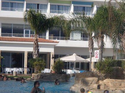FOTKA - Cyprus - pomaly sa zvečerieva, ale kúpanie v bazéne je ešte príjemné