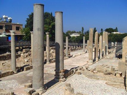 FOTKA - Cyprus - starý Paphos - pnejúce sa stĺpy naznačujú tvar stavby