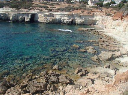 FOTKA - Cyprus - skalisté pobrežie pri jaskyniach