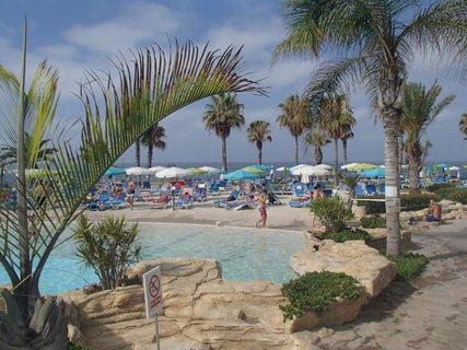 FOTKA - Sentido Cypria Bay - v okolí bazéna bolo veľa zelene