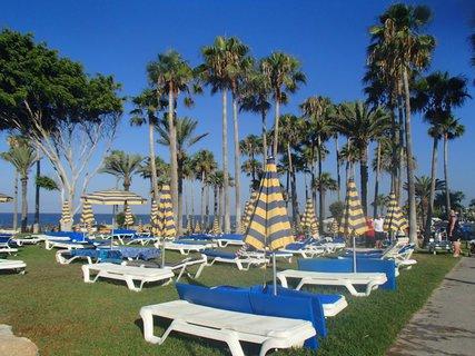 FOTKA - Sentido Cypria Bay - lehátka medzi palmami