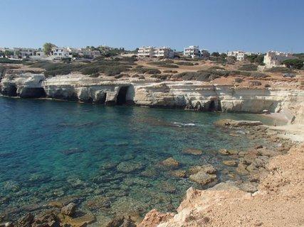 FOTKA - Cyprus - pokojné more pri jaskyniach