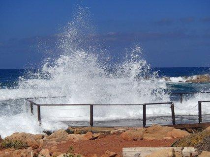 FOTKA - narážajúce vlny na mólo